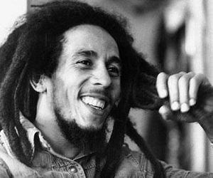 Bob Marley: Pra que olhos verdes, se posso t�-los vermelhos com o verde da natureza?.