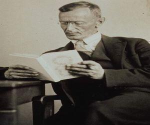 Hermann Hesse: Nada lhe posso dar que j� n�o existam em voc� mesmo. N�o posso abrir-lhe outro mundo de imagens, al�m daquele que h� em sua pr�pria alma. Nada lhe posso dar a n�o ser a oportunidade, o impulso, a chave. Eu o ajudarei a tornar vis�vel o seu pr�prio mundo, e isso � tudo.