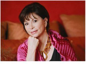 Isabel Allende: Minha mãe era uma pessoa silenciosa, capaz de dissimular-se entre os móveis, de perder-se no desenho do tapete, de não fazer o menor ruído, como se não existisse; conturo, na intimidade do quarto que dividíamos, ela se transformava. Começava a falar do passado ou a narrar suas histórias, e então o aposento se enchia de luz, desapareciam as paredes, dando lugar a incríveis paisagens, palácios abarrotados de objetos nunca vistos, países longínquos inventados por ela ou tirados da biblioteca do patrão; colocava a meus pés todos os tesouros do Oriente, a lua e mais ainda. reduzia-me ao tamanho de uma formiga, para eu sentir o universo a partir da minha pequenez, punha-me asas para vê-lo a partir do firmamento, dava-me uma cauda de peixe para conhecer o fundo do mar.