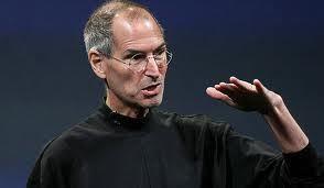 Steve Jobs: Voc� tem que encontrar o que voc� gosta. E isso � verdade tanto para o seu trabalho quanto para seus companheiros. Seu trabalho vai ocupar uma grande parte da sua vida, e a �nica maneira de estar verdadeiramente satisfeito � fazendo aquilo que voc� acredita ser um �timo trabalho. E a �nica maneira de fazer um �timo trabalho � fazendo o que voc� ama fazer. Se voc� ainda n�o encontrou, continue procurando. N�o se contente. Assim como com as coisas do cora��o, voc� saber� quando encontrar. E, como qualquer �timo relacionamento, fica melhor e melhor com o passar dos anos. Ent�o continue procurando e voc� vai encontrar. N�o se contente.